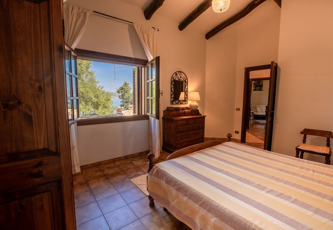 Villa à Golfo Aranci - Villa Gea: villa sur l'eau, 10 personnes, wifi et jardin   Klodge